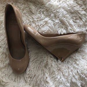 Tory Burch Astoria Nude Patent Wedges Size 7.5 / 7